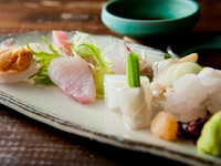 お酒の肴にもぴったり。新鮮な魚の旨みが口の中いっぱいに広がる『お造りの盛り合わせ』