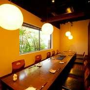 夜は、会社関連でお得意様をお連れになる方や、日本酒が好きな方が多く来訪される当店。希少なお酒が会話の糸口になることも。お客様の表情や様子に留意し、お話がしやすいように配慮しています。