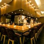 オープンキッチンのカウンター席で舌鼓。小皿で楽しむ中華料理
