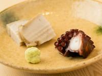 素材の味わいが際立つ上品な肴『蒸し鮑と鮹の桜煮』
