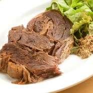 とろけるほどのやわらかな肉は、香味野菜の旨みと塩味が効いていて絶品。不動の人気も納得の一品です。