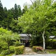 京都市内からは、鞍馬街道を車で北へ小1時間。山道を越え辿り着いた先は、都会の喧騒を忘れる桃源郷のような場所です。四季折々の自然の息吹を感じる、この空間はまさに贅沢の極みと言えます。