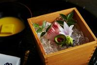 鯉の洗いの『向付』。甘酒で醸して糖化させたとうもろこしを混ぜ込んだポタージュのような濃厚な白味噌をあわせて。