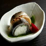 鮎をふんだんに使い、巻寿司状にしつらえた『鮎すし』。