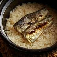 『鮎の炊き込みご飯』。土鍋のまま、給されます。
