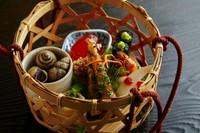 「摘草料理」を象徴するかのような『八寸』。ご主人自らが野山に入り集めた滋味に溢れた季節の味を堪能できます。