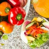色鮮やかな季節の野菜の数々、サラダや鉄板焼きで堪能