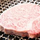 目の前の炭火で焼き上げられる肉の香りにそそられる『ステーキ 特選ロース芯』