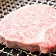 肩ロース、リブロースから取れるお肉。ロースの中でも味がよくて柔らかい部分です。炭と網で焼き上げるので余分な脂が落ち、旨みだけが残ります。(130g)