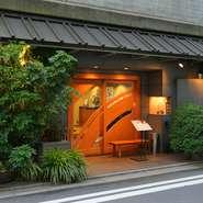 格式高い入口から一歩入ると、各階には昔ながらの日本を感じる座敷が広がります。靴を脱いで利用できるので、小さなお子様連れやご高齢のお客様も安心して利用可能。ゆったりと家族の時間を過ごせます。