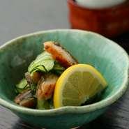 蒲焼きにした前川自慢の「高級養殖鰻」を細かく切り、薄く刻んでもんだきゅうりとお酢であえた逸品。さっぱり、そしてきりっとした味わいです。