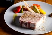肉ビストロ灯の定番料理を堪能できるコース。