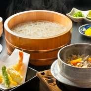 徳島県の海・山・川・里の幸を、さまざまな郷土料理で味わえます。半田の『釜あげうどん』や『徳島らーめん』などの麺料理、お米から炊き上げる『釜めし』のほか、一年を通して鍋料理が楽しめるのも魅力です。