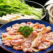 甘みとコクがある「阿波尾鶏」をしゃぶしゃぶで堪能。せりや水菜などとともに、特製のつけダレでいただきます。丸々一羽の地鶏を使用して出汁を取った黄金のスープが特徴です。〆のらーめん最高