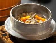 創業以来、変わらない味を守り、やさしいお出汁でお米から炊き上げています。店内でもお食事できます。五十鈴の名物料理です。