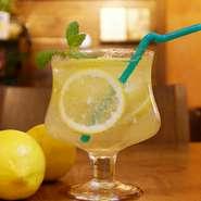 レモンまるごと一個使用して作った 爽やかなレモンソーダ。 蒸し暑い夏の日の水分補給として、 お食事にも合う飲みやすさがgood♪