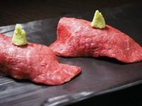 軽く炙ったフィレ肉は、ほどよく脂がとろけて肉の旨味がたっぷり。エシャロットを混ぜたワサビを少量つけてお召し上がりください。