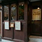 銀座駅近く。レトロな木製の外観がおしゃれなお店