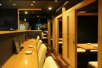 1Fは、カウンター席と個室(テーブル席)を完備