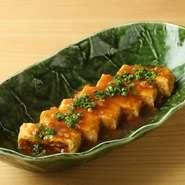 蕎麦屋の定番の出汁巻き玉子。鶏の旨味が出た出汁を餡かけにして、熱々でいただけます。
