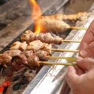 くせが少なく、食べやすい国産の銘柄鶏「甲州極み鶏」を使い、備長炭にて短時間で焼き上げるので、柔らかくて旨みが凝縮された仕上がりになっています。関東近郊から朝引きしたものが直送で届くので、鮮度も抜群。