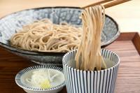 北海道産の蕎麦粉を使って打たれた九割蕎麦(九一蕎麦)で、蕎麦の風味が抜群。専門の蕎麦職人が営業中も随時蕎麦打ちをしており、いつでも打ちたての蕎麦をいただけます。