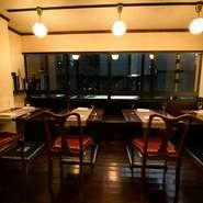 テーブル席はあえてクロスをひかず、肩肘張らずに食事ができます。カウンター席は、シェフとの会話と達人技が楽しめる臨場感あふれる究極の特等席。厨房は炎が見えない造りで、熱気が伝わらない配慮がされています。