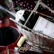 ガラスの扉開きの上質なワインセラーに並ぶのは、フランスのボルドー、ブルゴーニュ、シャンパーニュの希少ワインや格付けの高いワインなどの300種類。料理やデザート、好みに合わせてスタッフが選んでくれます。