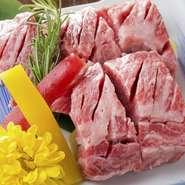 厚めにカットされたカルビを一口食べれば、濃厚な肉の旨味と脂の甘みが口に広がります。不動の人気を確立するカルビの味を堪能下さい。