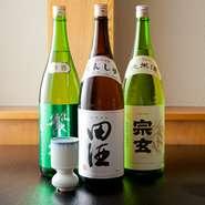 寿司の味を引立てる日本酒は、長いお付き合いの酒店にお願いし、全国各地より選りすぐって仕入れています。熱燗には、香りと味わいが際立った奥能登の『宗玄』、冷酒には青森の銘酒『田酒』などを提供。