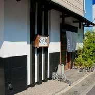 寿司の味わいはもちろん、店主の優しい笑顔や穏やかな人柄に引かれて、地元はもとより遠方からも多くの人が訪れます。カウンター越しの店主との会話も、愉しいひとときに。