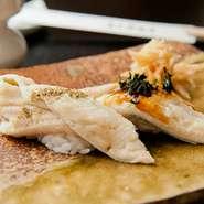 上質な穴子をつかった握りは、二種類の味わいで提供。イギリス・マルドンの塩と山椒、そしてタレに明石の岩海苔。どちらもふんわりとした穴子の美味しさを引き出した絶妙な味わい。