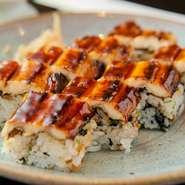 明石のソウルフードと言える『焼き穴子』。棒寿司は、椎茸の旨煮や海苔、赤紫蘇などをご飯に混ぜ、焼穴子にコクのあるタレをつかった人気メニュー。お土産にも最適。