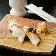 煮ても焼いても美味しい明石の穴子は、脂ののりも抜群です。握りには香りの良い「塩山椒」と、明石海苔の風味豊かな「タレと岩海苔」の二種を提供。ふわっととろけるような穴子の美味しさを味わっていただけます。