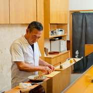 お寿司の美味しさはもちろんですが、お客様を緊張させないよう、笑顔を忘れず、温かな雰囲気の接客を心掛けています。どんなに美味しい料理も居心地の良い中で食べてこそ。どうぞ愉しい時間をお過ごしください。