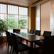 プラチナ通りの街路樹を望む、最大8名まで利用できる個室は、家族での集まり、取引先との商談でも使える上質な空間。壁側に見られる組子細工は京都の名門ホテルも手掛けるタニハタの職人が仕上げています。