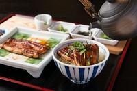 蒲焼きをご飯にのせ楽しんだら、薬味をかけて味の変化をつけて。最後は、急須に注がれた上品な鰹出汁をかけて鰻茶漬けとして味わいます。お好みの食べ方でお楽しみください。