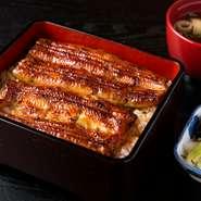 鼻に抜ける香ばしさがこの店の鰻の特徴。タレは東京と比較すると甘さ控えめかもしれません。長野佐久産の米はシャリが立つよう水加減は控えめで炊きあげます。飛騨産の高級山椒の香りも鰻の味を引き立てます。