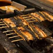 2代目が養鰻場を営んでいた関係で今も仕入れルートは確保でき、年間を通して質の良い鰻がご提供できます。表面は香ばしく、身はふっくらと焼くために、火力が強いウバメガシの備長炭を使用。譲れないこだわりです。