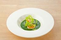 エメラルド色のソースが美しい『帆立とホウレン草』