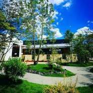 Joanの庭は女性造園デザイナーによる作品です。四季折々の表情でお客様をお迎えいたします。