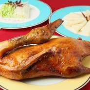 パリパリに揚げた北京ダックを皮に包み、自家製甜麺醤につけていただきます。半羽3240円、1羽6480円。