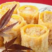 貝柱など7種類の具材を錦糸卵で巻いて揚げた春巻き。揚げたてのパリパリ感と、錦糸卵のモチモチ食感の両方を楽しめます。