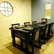 和風の室内に和モダンなテーブル席がオシャレな個室。センスの良さを感じさせる場所では、気分が晴れやかになるもの。この個室なら、気分の上がる女子会が開けそうです。