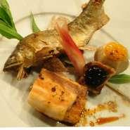 黒毛和牛リブロースステーキが主菜。お造りの盛り合わせ、季節の椀物、天ぷら、旬の焼き魚など。コースの最後に鯛で取った出汁で戴くお茶漬けが。もちろん締めのデザート盛り合わせとコーヒーも付いてます。