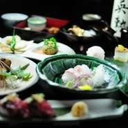 一保堂の食前茶から始まる本格懐石コース。旬の食材を使った先付八寸、椀物、揚物、焼物、飯物、甘味、珈琲