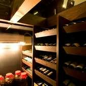 地下セラーに眠るワインは約600本。お気に入りの銘柄で乾杯