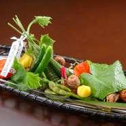 祇園祭のちまきを模したちまき寿司をはじめ、八幡巻き、ブドウの白和え、ジュンサイ、きぬかつぎなどを盛り込んだ『八寸』。ちまき寿司には「蘇民将来子孫也」とのお札が添えられ、演出でも楽しませてくれます。