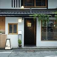 八坂神社と京都御苑の中間に位置し、近くを鴨川が流れゆったりとした時間が流れる場所。ぽつんと佇む白い一軒家が【Obase】です。町の喧騒とは遮断された、知る人ぞ知る美食レストランです。
