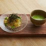 夏季限定で出しているつけ麺パスタ。出汁を和えたパスタに、季節の野菜をペースト状にしたソースを絡めて食べていただく。ソースは焼きナスやガスパチョなど、夏野菜をベースに月替わり。毎年7〜9月提供予定。